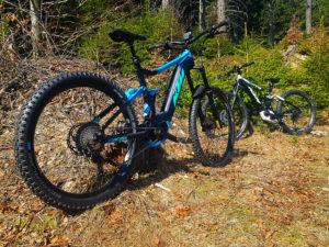rower elektryczny ktm w terenie